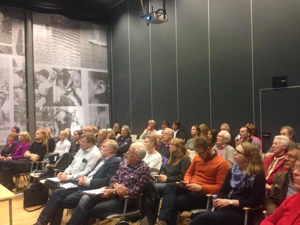 Syntolkning: Delar av publiken på bostadsseminariet i Haninge Kulturhus 7 oktober 2015