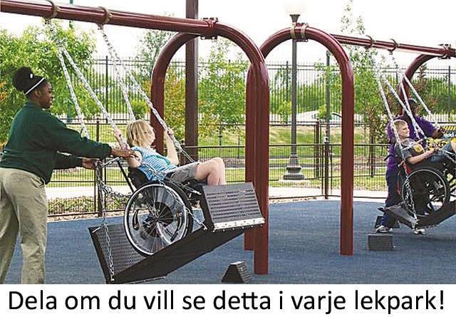 Syntolkning: Lekpark på sommaren. En gungställning med kraftig stomme och en gunga där en rullstol med ett barn i gungas. Fotot från Newsners Facebooksida.