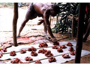 I ett jägare-samlaresamhälle i Afrika delar man upp köttet rättvis till alla.